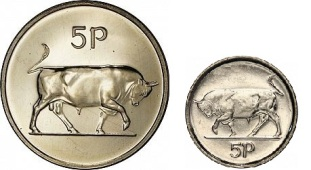 Large (1971-1990) five pence coin and small (1992-2000) five pence coin.